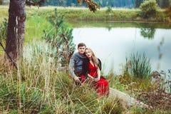 Amour de promesse de deux amants tenant des mains Image stock