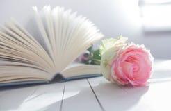 Amour de romance de Rose et de livre Photo libre de droits