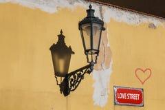 Amour de rue Mur avec la lampe et le coeur prague Images stock