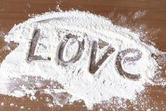Amour de signe fait de farine sur la table en bois, faisant cuire avec le concept d'amour photo libre de droits