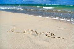 Amour de signe sur le sable sur la plage des Caraïbes Images stock