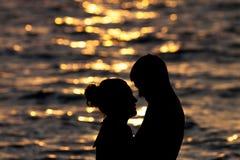 Amour de silhouette au lever de soleil Photo stock
