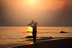 Amour de silhouette de momie sur le lever de soleil Photo libre de droits