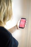 Amour de smartphone de flirt de femme Images libres de droits