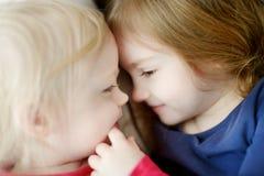 Amour de soeur Photographie stock