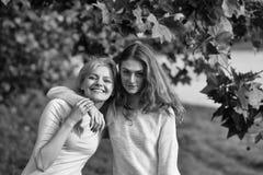 Amour de soeur Deux filles étreinte et sourire Photographie stock libre de droits
