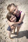 Amour de soeurs de plage Photographie stock