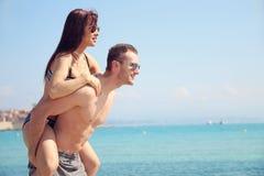 Amour de Summert - jeune femme au dos de son ami Photos libres de droits