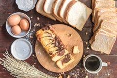 Amour de tasse de café et de gâteau de marbre de chocolat avec du pain Image libre de droits