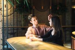 Amour de thème et jour de valentines de vacances couples des étudiants universitaires ensemble en hiver hétérosexuel caucasien d' image stock