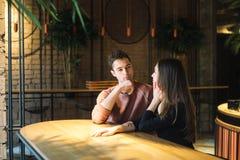 Amour de thème et jour de valentines de vacances couples des étudiants universitaires ensemble en hiver hétérosexuel caucasien d' photographie stock