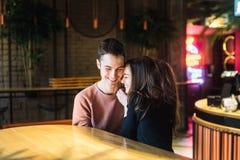 Amour de thème et jour de valentines de vacances couples des étudiants universitaires ensemble en hiver hétérosexuel caucasien d' photos libres de droits