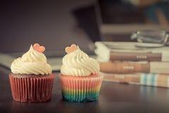 Amour de Valentine de couples de gâteau en forme de coeur de tasse Images libres de droits