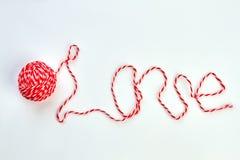 Amour de Word écrit avec le fil rouge de laine Image stock