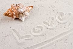 Amour de Word écrit dans le sable Photo stock