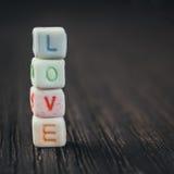 Amour de Word écrit dans les blocs en céramique Photo stock