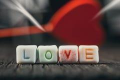 Amour de Word écrit dans les blocs en céramique Photographie stock libre de droits