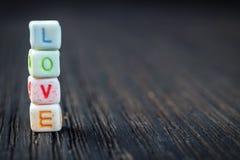 Amour de Word écrit dans les blocs en céramique Photographie stock