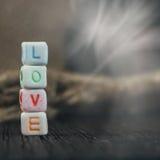 Amour de Word écrit dans les blocs en céramique Image stock