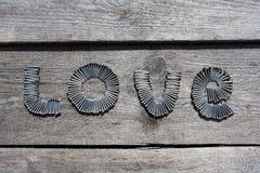 AMOUR de Word écrit par des clous en métal Photographie stock