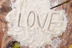 Amour de Word écrit sur la farine blanche Photo libre de droits