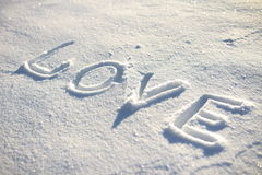 AMOUR de Word écrit sur la neige Photos stock