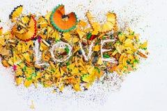 Amour de Word au-dessus de copeaux des crayons Image stock
