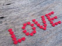 Amour de Word avec des formes de coeur sur le bois Image libre de droits