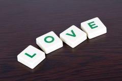 Amour de Word avec des lettres sur le fond en bois Photographie stock