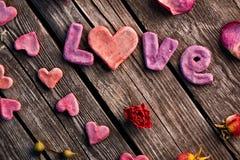 Amour de Word avec des pétales de rose Images stock