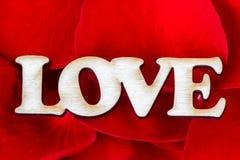 Amour de Word avec des pétales de rose Fond doux de vacances Carte de jour de Valentines Photographie stock