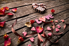 Amour de Word avec le boîte-cadeau de jour de valentines Photographie stock