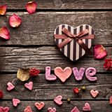 Amour de Word avec le boîte-cadeau de jour de valentines de coeur Photo stock