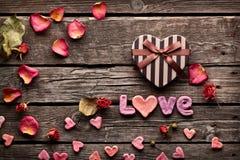 Amour de Word avec le boîte-cadeau de jour de valentines de coeur Photos stock