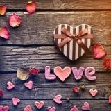 Amour de Word avec le boîte-cadeau de jour de valentines de coeur Image libre de droits