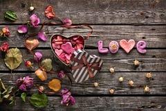 Amour de Word avec le boîte-cadeau de jour de valentines de coeur Image stock