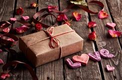 Amour de Word avec le boîte-cadeau de vieux plats Image libre de droits