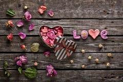 Amour de Word avec le boîte-cadeau en forme de coeur Photo libre de droits