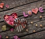 Amour de Word avec le boîte-cadeau en forme de coeur Images libres de droits