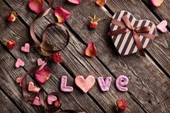 Amour de Word avec le boîte-cadeau en forme de coeur Image libre de droits