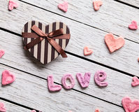 Amour de Word avec le boîte-cadeau en forme de coeur Photographie stock libre de droits