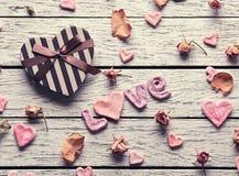 Amour de Word avec le boîte-cadeau en forme de coeur Photos libres de droits
