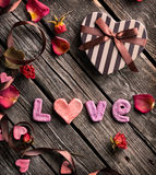Amour de Word avec le boîte-cadeau en forme de coeur Images stock