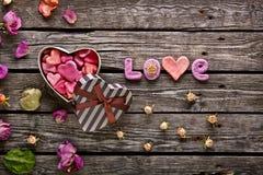 Amour de Word avec le boîte-cadeau formé de jour de valentines Images stock