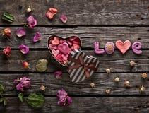 Amour de Word avec le boîte-cadeau formé de jour de valentines Photos libres de droits