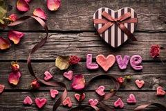 Amour de Word avec le jour de valentines en forme de coeur Photo stock