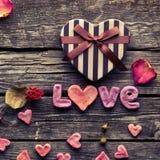 Amour de Word avec le jour de valentines en forme de coeur Image stock