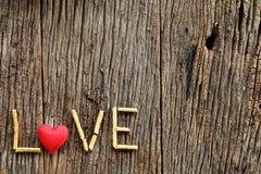 Amour de Word avec le jour de valentines en forme de coeur rouge Photographie stock libre de droits