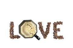 AMOUR de Word avec les grains de café et la tasse Photographie stock libre de droits