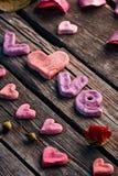 Amour de Word avec les pétales de rose et le petit coeur Images libres de droits